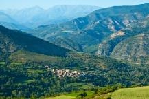 Vistes del poble i Pirineus de fons